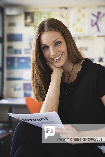 Junge Geschäftsfrau bei der Vertragsprüfung  Porträt