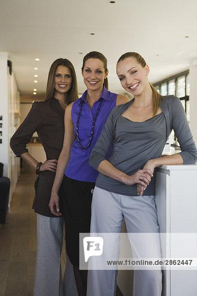 Junge Frauen im Büro  lächelnd  Portrait