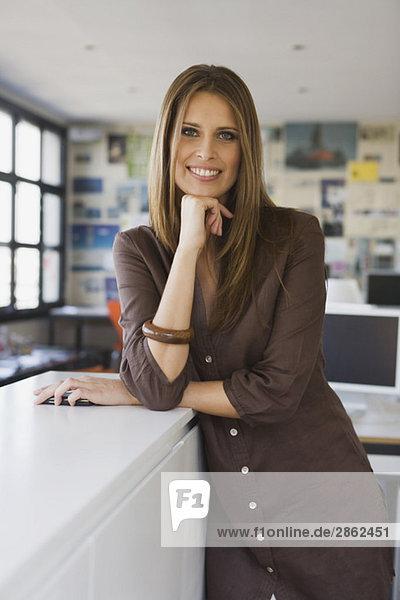 Junge Frau im Amt  lächelnd  Porträt