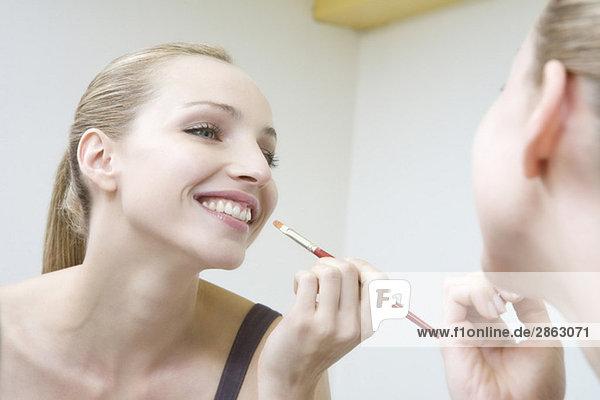 Junge Frau mit Lippenstift  lächelnd  Portrait