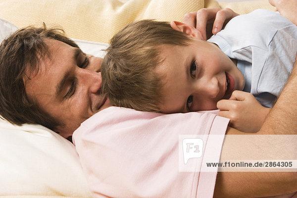 Vater und Sohn (4-5) kuscheln miteinander  Nahaufnahme