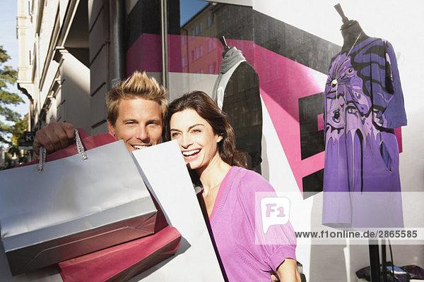 Deutschland  München  Paar mit Tragetaschen  lächelnd  Portrait