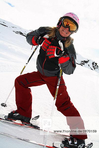 Eine weibliche Skifahrer Lappland Schweden.