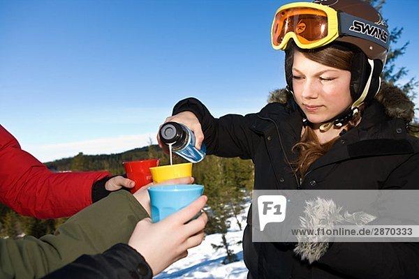 Eine Mädchen tragen Ski goggles Schweden.