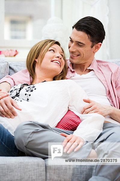 Ein Mann und eine schwangere Frau Schweden.