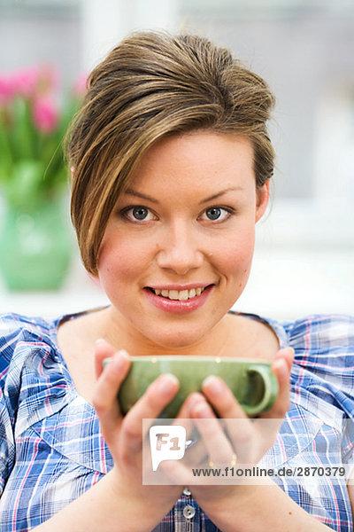 Eine Frau mit eine Tasse Tee Schweden.