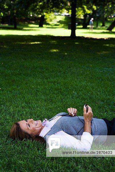 Eine Frau in einem Park Stockholm Schweden.