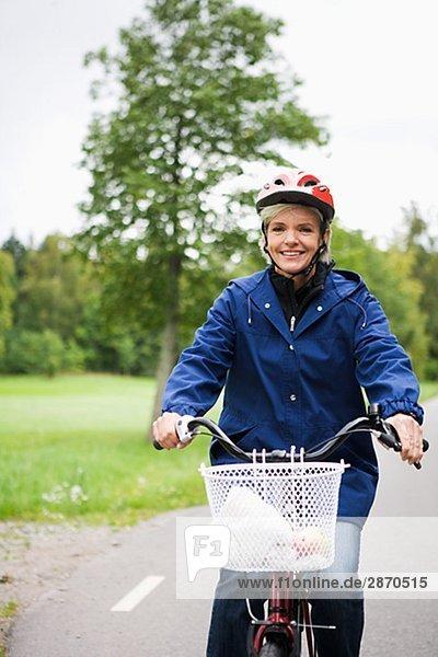Weibliche Radfahrer in einem Park Stockholm Schweden.