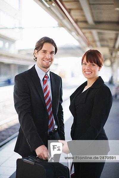 Zwei Geschäftsleute in einem Zug Bahnhof Stockholm Schweden.