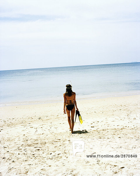 Frau gehen Strand skandinavisch Thailand