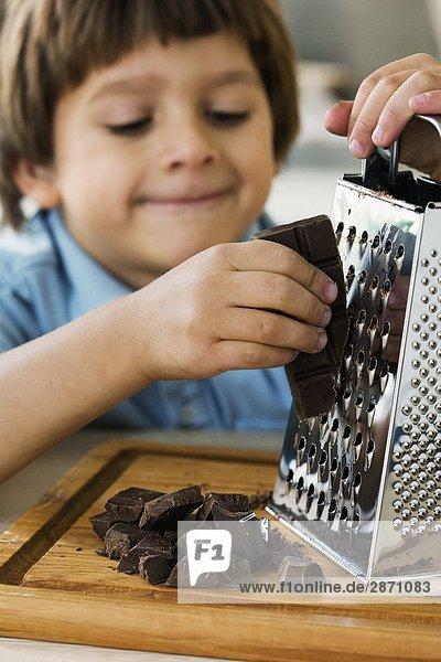 Ein kleiner Junge Gitter Schokolade Schweden. Ein kleiner Junge Gitter Schokolade Schweden.