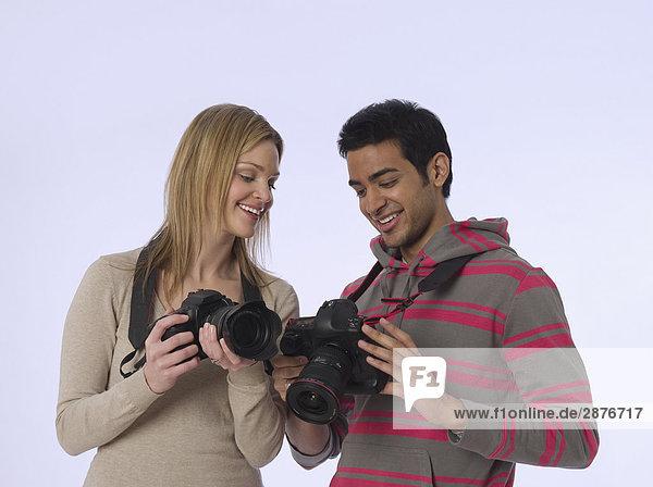 Junge Fotografen mit Kameras  Studioaufnahme