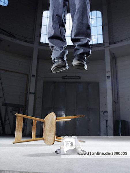 Detail des Menschen hängen Seil in leere Gebäude