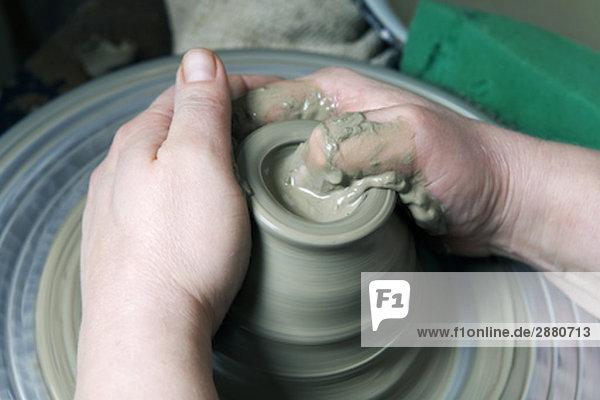 Detail der Potter bilden Jar auf Potter´s Rad