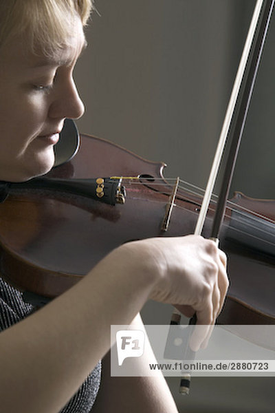 Frau spielen Geige