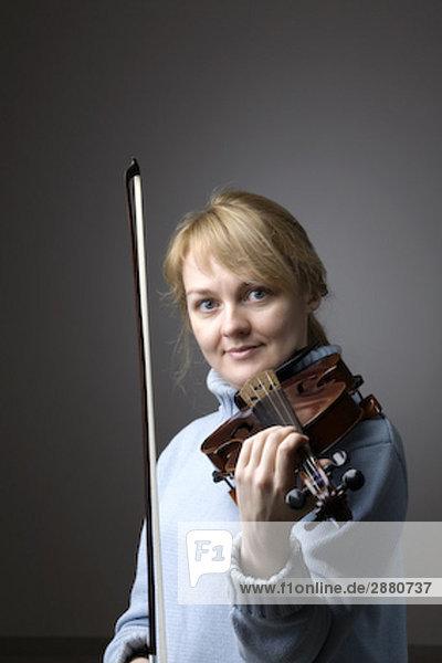 Portrait blond Frau mit Violine
