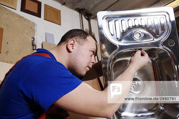 Handwerker Montage Küchenspüle