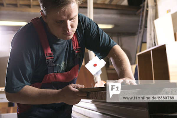 Handwerker Montage Möbel in Werkstatt