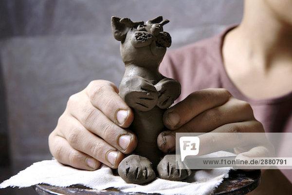 junge machen kleine Skulptur von clay