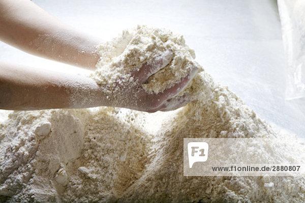 Detail des Bakers Teig mischen