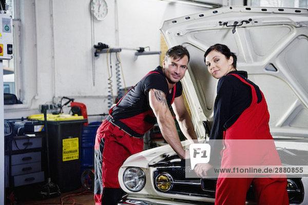 Porträt von männlichen und weiblichen mechanische Reparatur Automotor