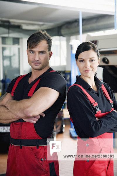 Porträt von zwei Mechanik in garage