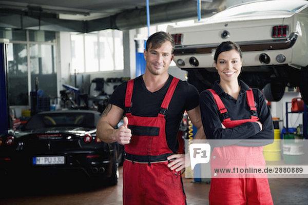Porträt von zwei Mechanik tun Daumen hoch Zeichen