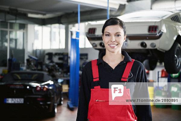 Porträt von weiblichen Mechaniker in garage