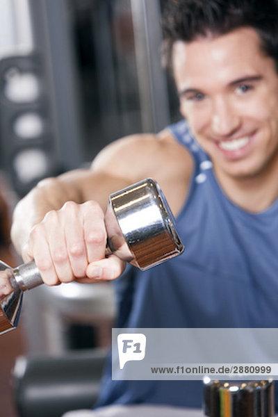 Porträt jungen Mannes Training mit dumb bell
