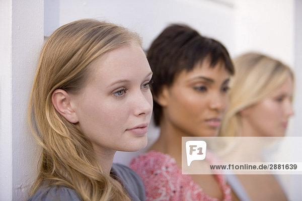Nahaufnahme von drei ernsthaft aussehenden Frauen