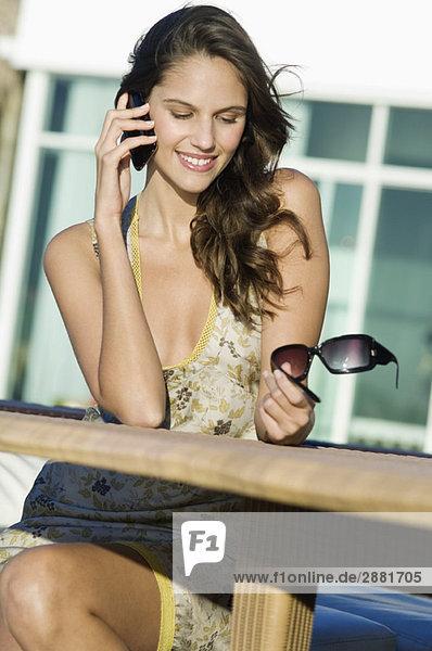 Frau im Gespräch auf dem Handy