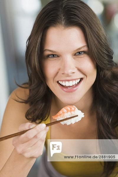 Frau isst Sushi