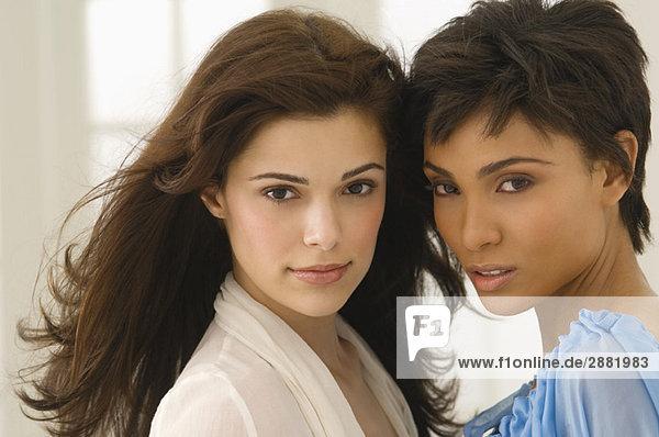 Portrait von zwei Freundinnen