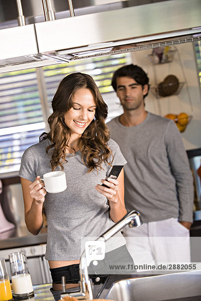 Textnachrichten von Frauen mit einem Mann im Hintergrund