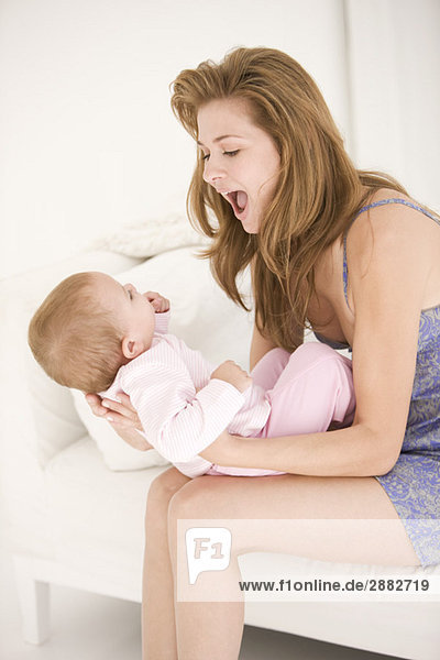 Frau spielt mit ihrer Tochter