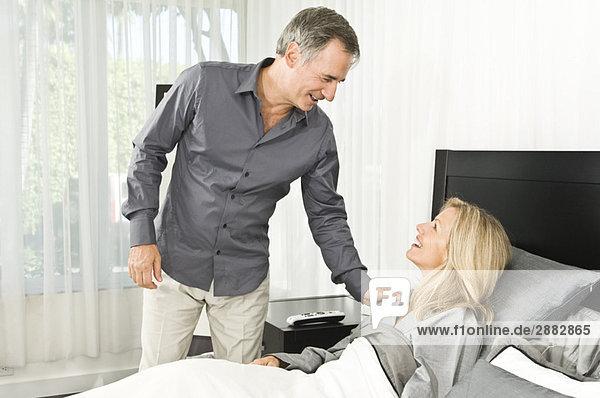 Mann  der seiner kranken Frau hilft
