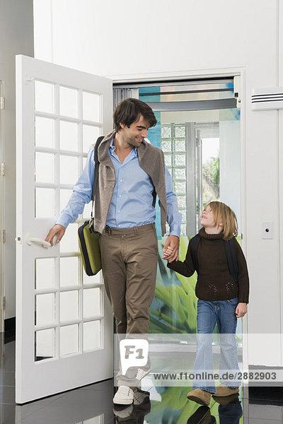 Mann mit seiner Tochter im Haus