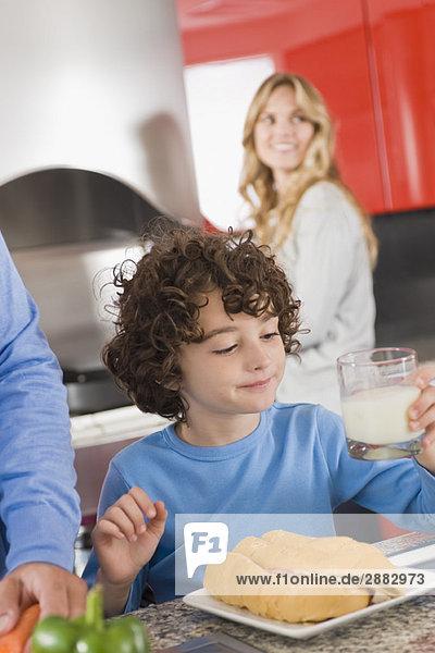 Junge beim Frühstück in der Küche