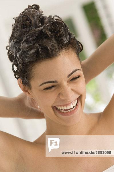 Nahaufnahme einer Frau beim Haarewaschen