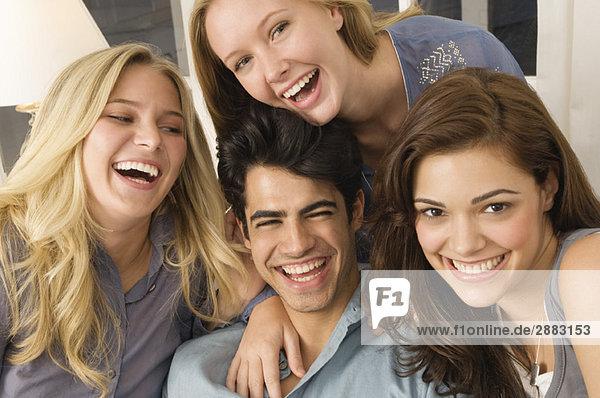 Porträt von vier lächelnden Freunden