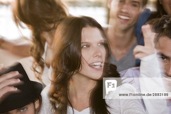 Frau lächelt mit ihren Freunden neben ihr.
