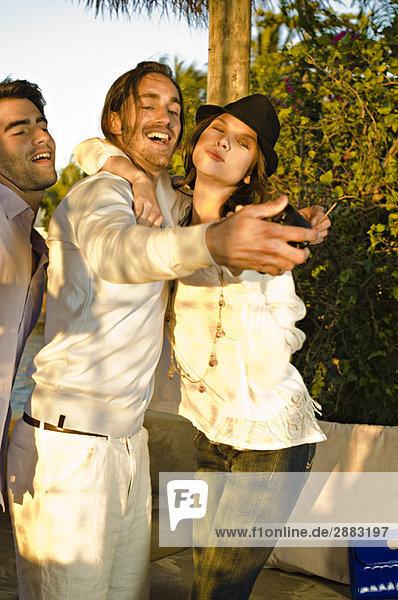 Drei Freunde  die ein Foto von sich machen.
