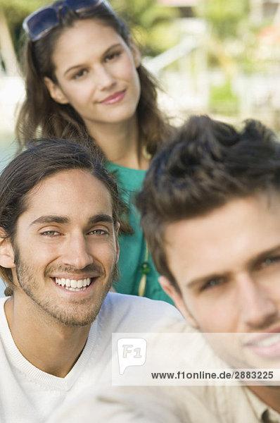 Porträt von drei lächelnden Freunden