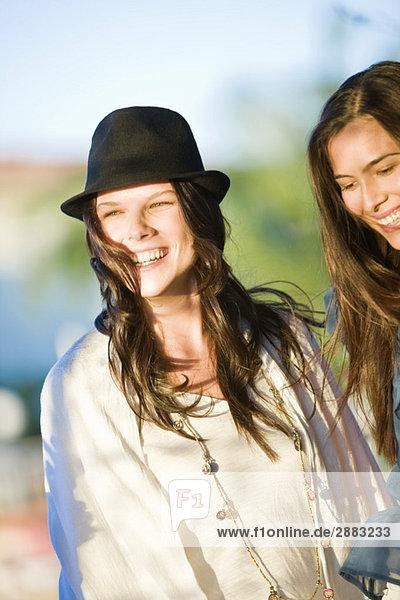 Zwei Frauen  die zusammen lächeln