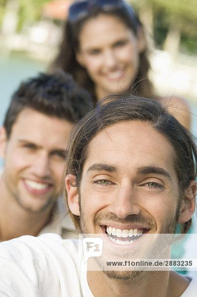Drei Freunde lächeln