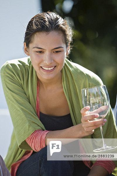 Frau hält ein Glas