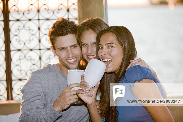 Drei Freunde bei einem Drink