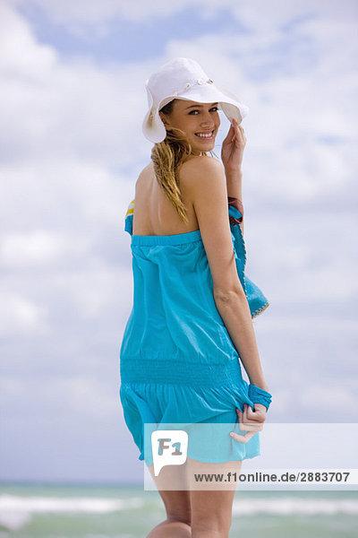 Porträt einer am Strand wandelnden Frau