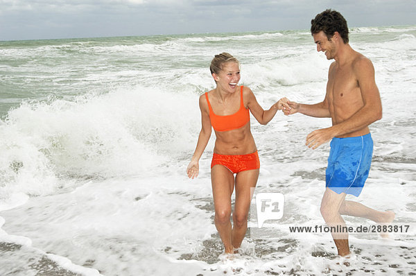 Pärchen genießen am Strand