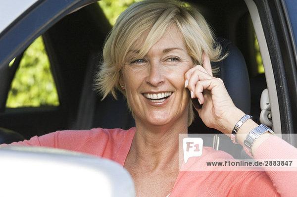 Frau im Auto und telefonieren auf dem Handy